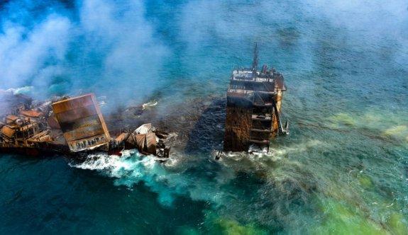 Sri Lanka'da  kimyasal madde taşıyan gemi battı