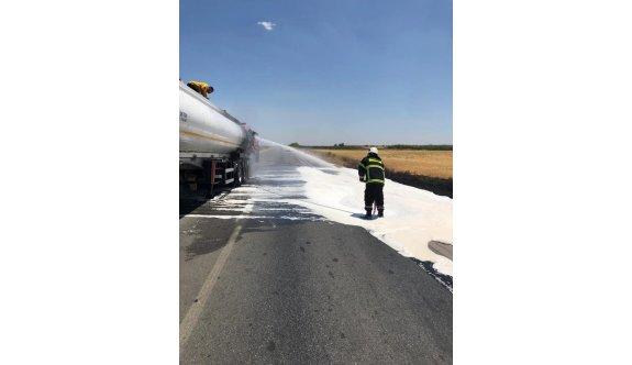 Yolda ilerleyen tanker alev aldı, yol kapandı