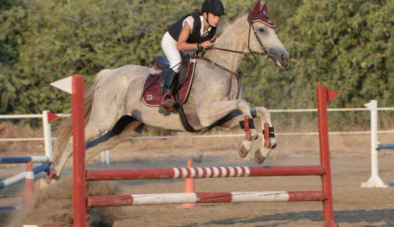 Atlar bu sefer Girne'de engelleri aştılar