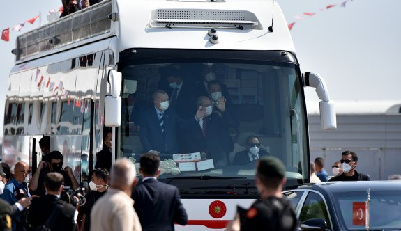 Erdoğan otobüste halkı selamladı, çay ve oyuncak dağıttı