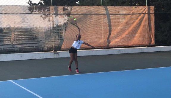 Teniste heyecan seyircisiz sürüyor