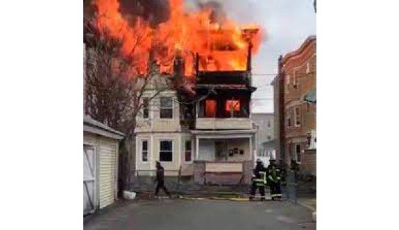 Annesine kızdı, apartmanı yaktı