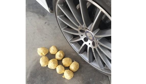 Aracın aksamları arasına saklanmış 300 gram uyuşturucu ele geçirildi