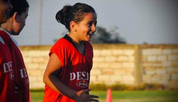 Mormenekşeli kızlar futbol ile gülüyor