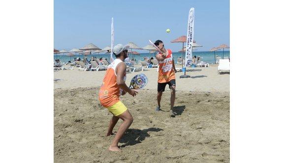 Plajda tenis heyecanı