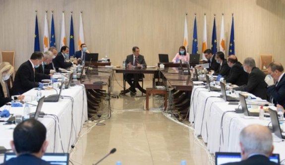 Tatar ve diğer siyasilerin pasaportları konusu Güney'de masaya yatırılıyor