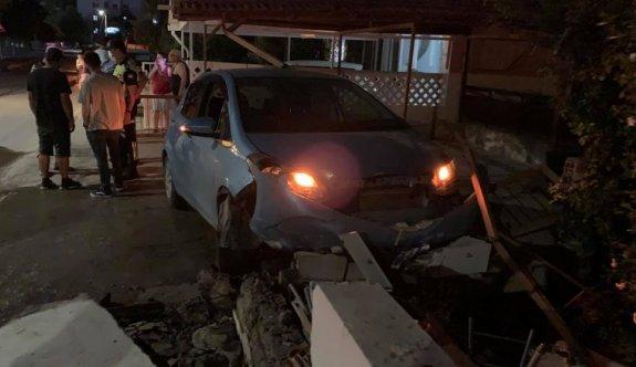 Alkollü sürücü, evin bahçesine daldı