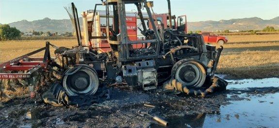 Hareket halindeki traktör yanarak kullanılmaz hale geldi