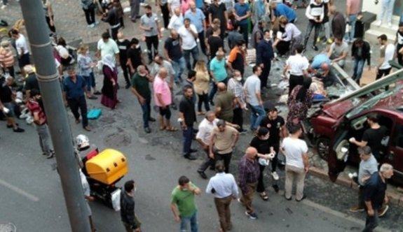 İstanbul'da hafif ticari araç durağa daldı: Yaralılar var