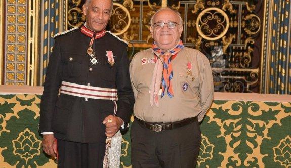 Kıbrıslı Türk Celal İzcibayar Kraliçe II. Elizabeth tarafından Onur Payesi ile ödüllendirildi