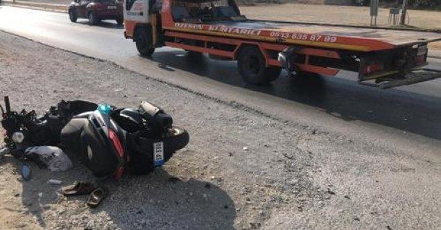 Motosikletli, önündeki çekici kamyona çarptı