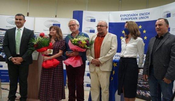 """""""2021 Yılı Avrupa Vatandaş Ödülü Neşe Yaşın ile Panikos Hrisantu'ya verildi"""
