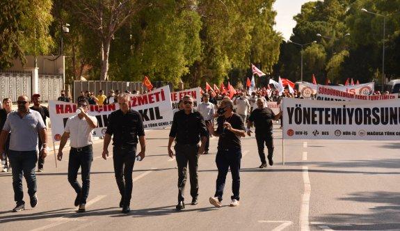 Belediye çalışanları Meclis önünde eylem yaptı