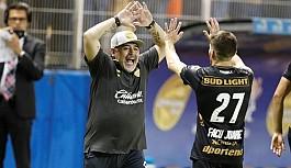 Maradona'nın takımı dört köşe
