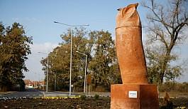 Sırbistan'daki baykuş heykeli alay konusu oldu