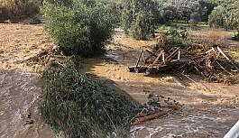 Yağmur suları köprüyü aştı