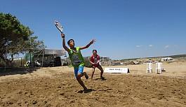 Plajda tenis heyecanı sürüyor