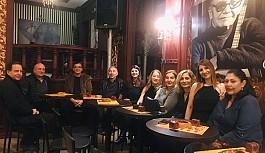 Saadet Alas yeni yaşını arkadaşlarıyla kutladı