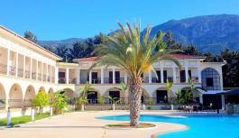 Tesettür otele Kıbrıslılardan büyük tepki
