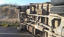 Lastiği patlayan kamyonet bankete savruldu