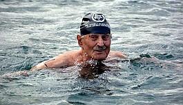 90'lık Esat Kıratlıoğlu yüzme şampiyonu...