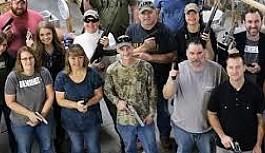 Patron çalışanlarına silah hediye etti