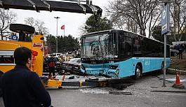 Halk otobüsü yaya yoluna daldı