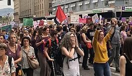 On binlerce kadın eşit ücret talebiyle...
