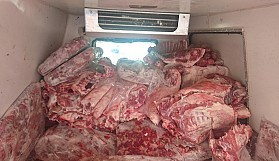 Çamura saplanmış kamyondan kaçak et çıktı