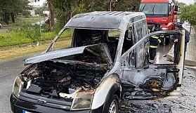 Seyir halindeki araçta çıkan yangın aracı kül etti