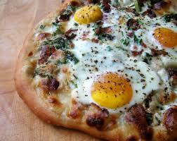 Kahvaltılık malzemeleri bir araya toparlayıp pizzada birleştirmesek mi?