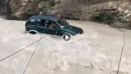 Güney'de yaşanan sel sırasında mağdur olan kişileri kurtarma operasyonu